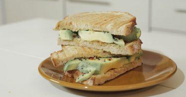 sandvis cu avocado