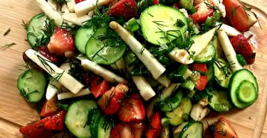 salata de castraveti cu capsuni